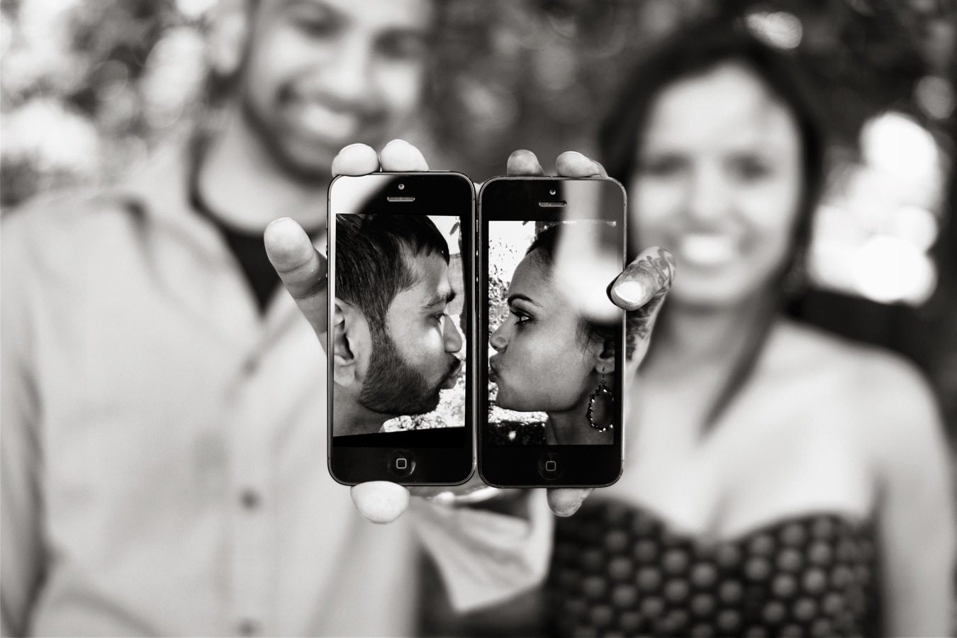 Avani-Mayur-Engagement-Photoshoot_Phone_Love